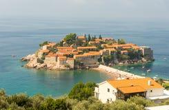 Setzen Sie und die Insel von heiligem StStefan in Montenegro auf den Strand Stockfotos