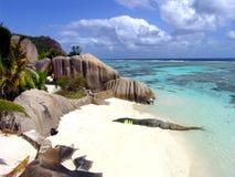 Setzen Sie und ein Platz für das Tauchen in Seychellen auf den Strand stockfoto