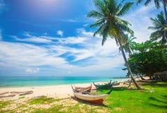 Setzen Sie und Fischerboot, KOH Lanta, Thailand auf den Strand lizenzfreies stockbild