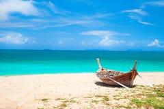 Setzen Sie und Fischerboot, KOH Lanta, Thailand auf den Strand stockfotos