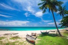 Setzen Sie und Fischerboot, KOH Lanta, Thailand auf den Strand stockbild