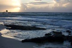 Setzen Sie und Wellen am Sonnenaufgang auf Riviera-Maya auf den Strand Stockfotografie