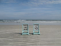 Setzen Sie Verkehrszeichen auf den Strand Lizenzfreie Stockfotos