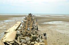 Setzen Sie Verschmutzungsplastikflaschen und anderen Abfall auf Seestrand auf den Strand Stockbild