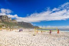 Setzen Sie Volleyballfelder in den Lagern bellen - Cape Town, Südafrika auf den Strand Stockfoto