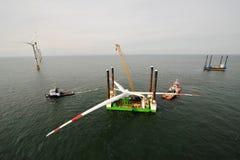 Setzen Sie von einem Offshorewindpark ein Lizenzfreie Stockfotografie