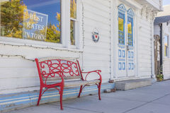 Setzen Sie vor einem Hotel in Bridgeport, Kalifornien auf die Bank Lizenzfreies Stockbild
