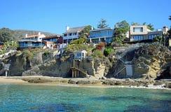 Setzen Sie vordere Häuser in Crescent Bay, Nordlaguna beach, Kalifornien auf den Strand stockfoto