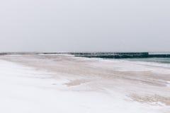 Setzen Sie während eines Blizzards und der Schneefälle, unbedeutende Landschaft auf den Strand Stockbilder