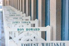 Setzen Sie Wandschränke mit berühmten Namen in Deauville, Frankreich auf den Strand lizenzfreies stockbild