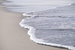 Setzen Sie Welle auf den Strand Stockfotos