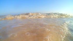 Setzen Sie Welle auf den Strand stock video footage