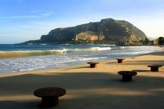 Setzen Sie, Wellen u. Montierungsmeerblick Palermo Italien auf den Strand stockbilder