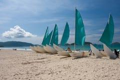 Setzen Sie whith Boot auf den Strand Lizenzfreie Stockbilder