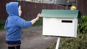 Setzen Sie Zeit fest, um die Post bekanntzugeben. lizenzfreies stockfoto