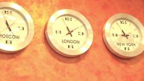 Setzen Sie Zeit ZonesClock fest, das Zeit auf der ganzen Welt führend in den verschiedenen Zeitzonen zeigt stock video footage