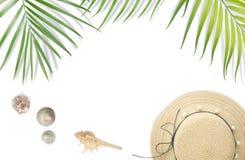 Setzen Sie Zubehör mit tropischem Blattrahmen auf weißem backgroun auf den Strand Stockfotos