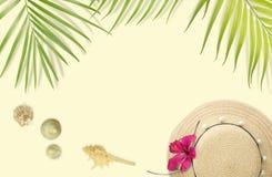 Setzen Sie Zubehör mit tropischem Blattrahmen auf weichem Gelb-BAC auf den Strand Stockfotos
