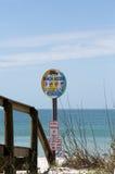 Setzen Sie Zugangszeichen auf St. Pete Beach, Florida auf den Strand Lizenzfreies Stockbild