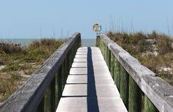 Setzen Sie Zugangszeichen auf St. Pete Beach, Florida auf den Strand Stockbild