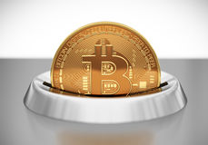 Setzen von Bitcoin in Geldschlitz Stockbild