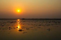 Setzen von Sun auf den See Stockfotos