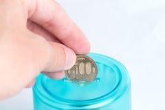 Setzen von Yen in Bank stockfotos