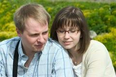 Setzende junge Paare Lizenzfreies Stockfoto