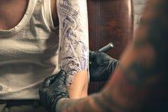 Setzende Vorlagenverzierung der Tätowierung auf weiblichem Arm Stockbild