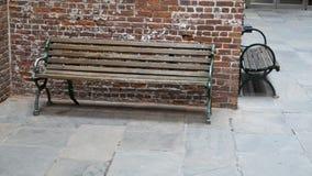Setzt Backsteinbauwandecke auf die Bank lizenzfreies stockfoto