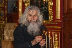 Setzt eine Kerze in die Kirche ein Lizenzfreies Stockfoto