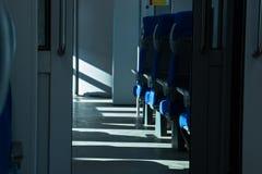 Setzt verfügbares im Zug Sonnenlicht vom Fenster lizenzfreie stockfotos
