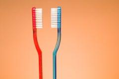 Seu e dela Toothbrushes imagem de stock