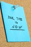 Seu tempo é agora frase na nota pegajosa fixada fotografia de stock royalty free