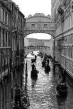 Seufzerbrücke und Gondeln in Venedig Stockfotos