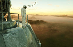 Seul astronaute sur la planète étrangère Martien sur à base métallique Futur concept rendu 3d Photographie stock libre de droits