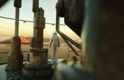 Seul astronaute sur la planète étrangère Martien sur à base métallique Futur concept rendu 3d Images libres de droits