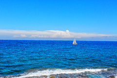 Seul bateau dans l'océan Image stock