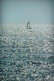 Seul bateau de navigation sur l'eau par temps beau plaisance Image libre de droits