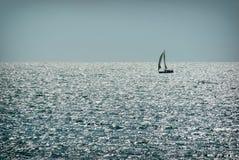 Seul bateau de navigation sur l'eau par temps beau plaisance Photographie stock