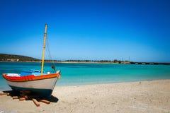 Seul bateau, Diakofti Kythera, Grèce image libre de droits