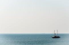 Le seul bateau en mer tranquille photo libre de droits