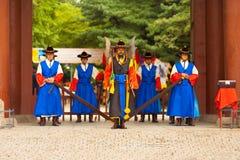 Cierre de la entrada de la entrada de los guardias de palacio de Deoksugung Imágenes de archivo libres de regalías