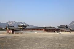 SEUL, COREA - 6 DE ENERO DE 2014: Enterance del este de Gyeongbokgung Fotografía de archivo libre de regalías