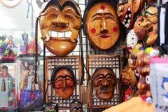 SEUL, COREA DEL SUR - 14 DE AGOSTO DE 2015: Las máscaras de madera coreanas tradicionales vendieron en Insadong - área turística  Imágenes de archivo libres de regalías