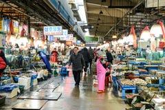 Seul, Corea del Sur - 17 de diciembre de 2015: El viejo mercado de pescados de Noryangjin en Seul Establecido desde 1927, las car Foto de archivo libre de regalías