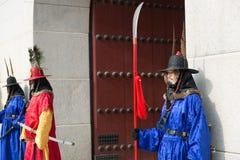Seul, Corea del Sur 13 de enero de 2016 se vistió en trajes tradicionales de la puerta de Gwanghwamun de los guardias de palacio  Imagen de archivo