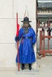 Seul, Corea del Sur 13 de enero de 2016 se vistió en trajes tradicionales de la puerta de Gwanghwamun de los guardias de palacio  Foto de archivo libre de regalías