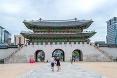 SEUL, COREA DEL SUR - 17 DE JULIO: Turistas que toman las fotos Imagen de archivo libre de regalías