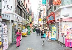 Seul, Corea del Sur - 1 de noviembre de 2015: Aprieta al turista en el Myeong-D Foto de archivo libre de regalías